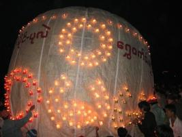 Concurso nocturno de globos aerostaticos en Taunggyi
